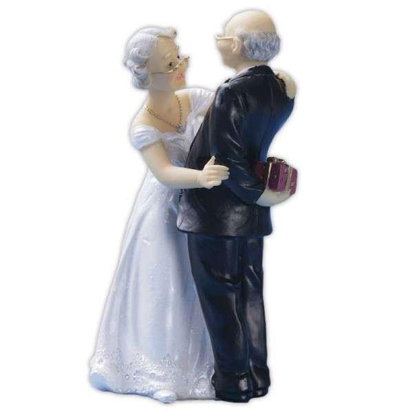 älteres Brautpaar mit Geschenk