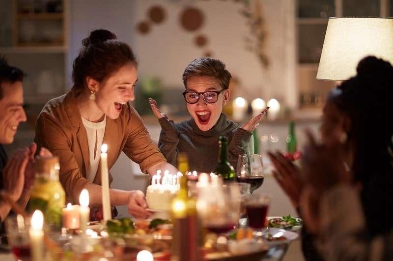 Ein Foto Tortenaufleger versetzt Frauen auf Party in gute Laune