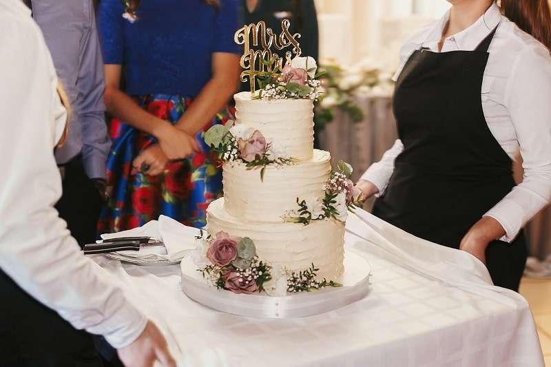 Der Cake Topper mr & mrs ist auf Hochzeiten extrem beliebt